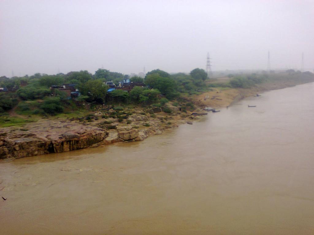 बांदा की केन नदी में पानी का स्तर लगातार बढ़ रहा है