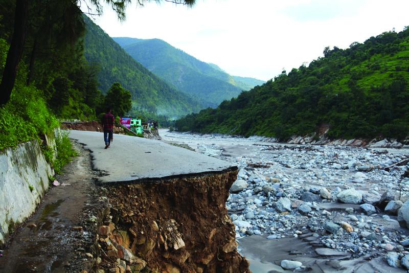 जब पैरों तले ज़मीन खिसक गई- तेज़ बरसात से गायब सड़क