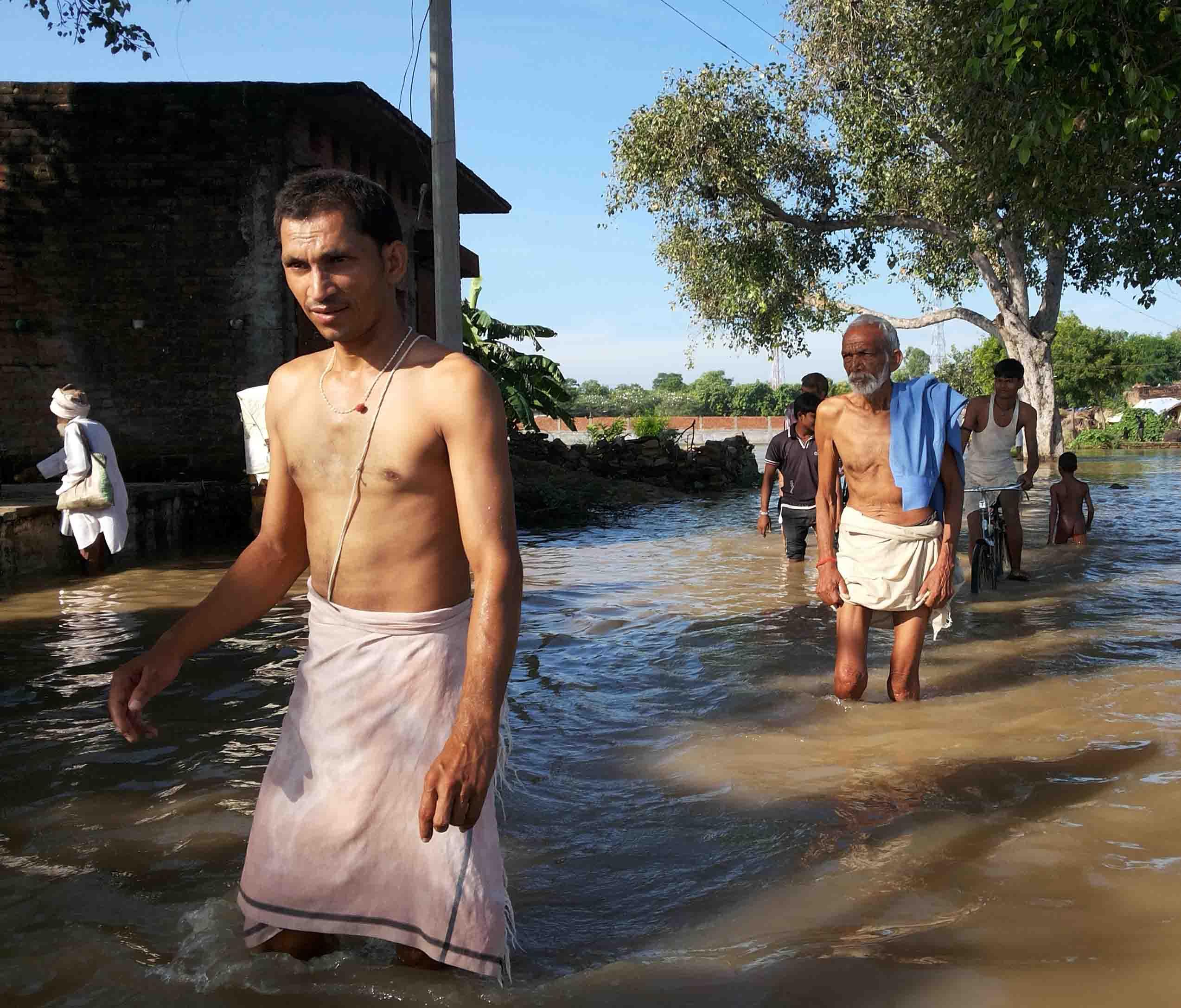 कर्वी के मऊ ब्लाक में घरों में घुसा पानी