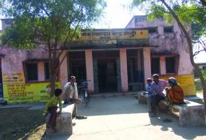 जौरही गांव का प्राथमिक स्वास्थ्य केन्द्र, डाक्टर का इंतज़ार करत मड़ई