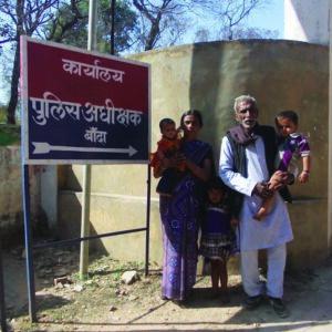 बाप और बच्चन के साथै एस.पी. का दरखास दें जात आशा देवी