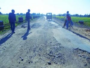 गम्भीर हालत मा बबेरू से कमासिन सड़क